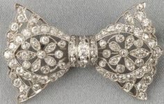 Britain, Edwardian platinum and diamond bow pin [or brooch], set with old European-cut diamonds.