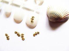 5x hippocampe en métal doré.Dimensions: 10mm x 4mmA coller sur vos ongles naturels avec votre top coat ou une colle à ongle.A placer sur votre gel de construction, catalyser, puis appliquer votre gel de finition