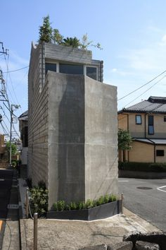 The Wall of Nishihara / SABAOARCH. This house on upper hill in Tokyo stands at small site of 3m width between two roads. The multi leveled floors are connected by rope of stairs and its like climbing up the tree to the sky with looking at the scenery of site around. Photos © Ohno Shigeru http://www.archdaily.com/549350/the-wall-of-nishihara-sabaoarch/