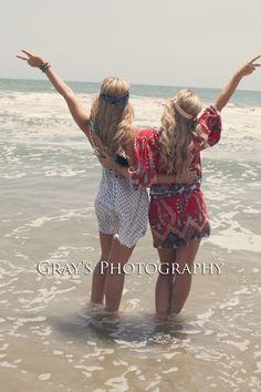 Twin beach pic pose idea, best friends picture pose
