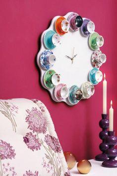 O que acha de fazer um relógio com xícaras antigas de porcelana e dar uma cara nova na decoração da sua casa?
