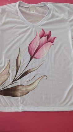 Remeras pintadas a mano ✋ Fabric Colour Painting, Fabric Painting On Clothes, T Shirt Painting, Painted Clothes, Silk Painting, Fabric Art, Hand Painted Sarees, Hand Painted Fabric, Fabric Paint Shirt