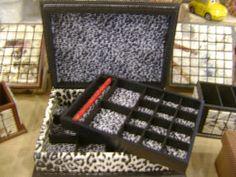 Essa caixa fiz por encomenda.....         a cliente ama tecido de onça......                                ela pre...