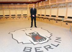 Am heutigen Nachmittag teilte Ex-Eisbärenkapitän Stefan Ustorf der versammelten Presse mit, dass er aufgrund seiner schweren Kopfverletzung seine Karriere als aktiver Sportler beenden muss. Wir wünschen Stefan alles Gute und hoffen ihn in der Zukunft wieder bei den Eisbären begrüßen zu dürfen.