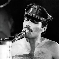 Flashback: Freddie Mercury - Living On My Own – Evropa 2 Freddie Mercury, Queen Freddy Mercury, Roger Taylor, Queen Photos, Somebody To Love, Queen Band, Brian May, Big Photo, John Deacon