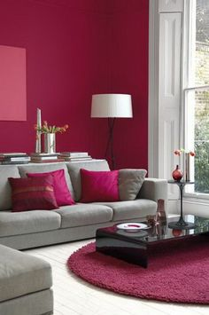 chambre-couleur-framboise-tapis-rose-sofas-gris-table-basse