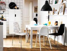 Zona pranzo per la famiglia, con contenitori per i giocattoli e tavolo allungabile