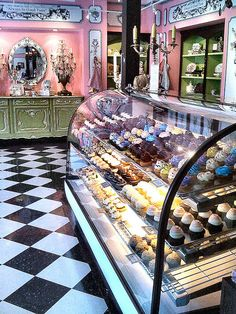 Magnolia Bakery, New York City, New York. The Black Workshop Bakery Display Counter Bakery Cafe, Bakery Decor, Bakery Store, Bakery Interior, Cafe Restaurant, Cupcake Shop Interior, Pastry Shop Interior, Italian Restaurant Decor, Bakery Ideas