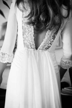 Vestido de novia con escote en la espalda en pico de Navacués
