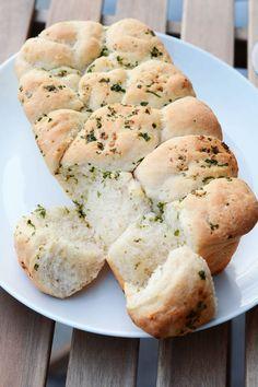 Hvidløgsbrød med krydderier der kan hives fra hinanden. Luftigt, lækkert og smagfuldt brød.