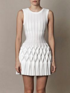 Structural Smocking - smocked & pleated dress - fabric manipulation for fashion design; This is done by Azzedine Alaïa White Fashion, Look Fashion, Fashion Details, Trendy Fashion, Dress Fashion, Fashion Art, Fashion Fabric, Fashion Textiles, Fashion Sandals