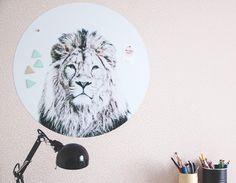 """109 Me gusta, 5 comentarios - Marulla (@maru.hautala) en Instagram: """"No nyt on magneettitaulu työhuoneessa! Postaus blogissa ja näitä ihania saa @valkoinenlautturi…"""" Desk Supplies, Kids Wall Decor, Instagram"""