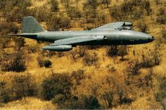 12 Sqn Canberra - 452 flying low level over Angolan bush. Fighter Aircraft, Fighter Jets, English Electric Canberra, South African Air Force, Army Day, Defence Force, Boat Design, African History, North Africa