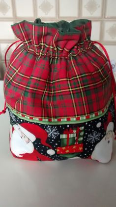 Porta panetone. Projeto executado por Mazeh Pereira Antique Christmas Ornaments, Felt Christmas Decorations, Christmas Banners, Christmas Bags, Christmas Projects, Handmade Christmas, Christmas Holidays, Patchwork Bags, Christmas Sewing
