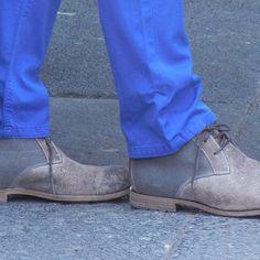 Este Verano los pantalones de color son la prenda básica de todo hombre, complementa tu outfit con zapatos de colores neutros - El Palacio de Hierro
