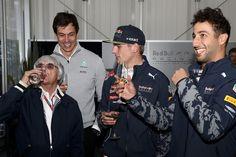 Formule 1-baas Bernie Ecclestone viert zijn verjaardag met Red Bull Racing-coureurs Max Verstappen en Daniel Ricciardo, en Mercedes-directeur Toto Wolff op Mexicaanse GP - Formule 1 foto's