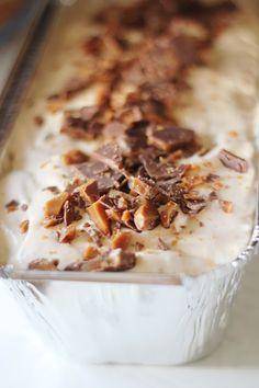 Ihana aurinkoinen päivä inspiroi taas jäätelön tekoon. Tämäkin jäätelö valmistuu ilman jäätelökonetta. Daim-kin... Sweet Desserts, Sweet Recipes, Delicious Desserts, Cake Recipes, Dessert Recipes, Yummy Food, Sweet Pastries, Ice Cream Recipes, Yummy Cakes