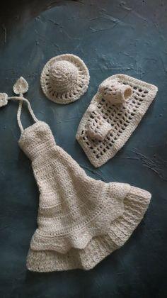N°128 -Ensemble écru : robe longue à volant plissé, chapeau et veste filet.