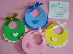 Deixe sua festa ainda mais bonita! Encante seus convidados com uma linda decoração! Aplique de Babador de Bebê de EVA. Fica lindo como aplicação de bolsas, pirulitos, enfeites; pode ser usado em mesas e painéis! Ótimo para dar de lembrancinha de maternidade ou chá de bebê. Fica lindo com uma d... Distintivos Baby Shower, Baby Shower Crafts, Baby Crafts, Baby Shower Favors, Baby Shower Parties, Baby Shawer, Baby Love, Baby Timeline, Moldes Para Baby Shower