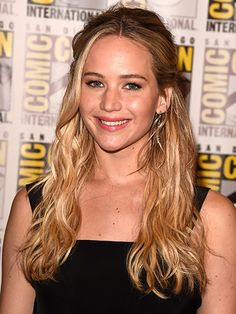 Jennifer Lawrence's half-up beachy waves hairstyle with pink lipgloss at Comic-Con | allure.com