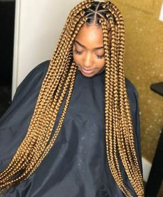 All styles of box braids to sublimate her hair afro On long box braids, everything is allowed! For fans of all kinds of buns, Afro braids in XXL bun bun work as well as the low glamorous bun Zoe Kravitz. Blonde Box Braids, Short Box Braids, Jumbo Box Braids, Black Girl Braids, Braids For Black Women, Braids For Black Hair, Girls Braids, Big Braids, Box Braids Hairstyles