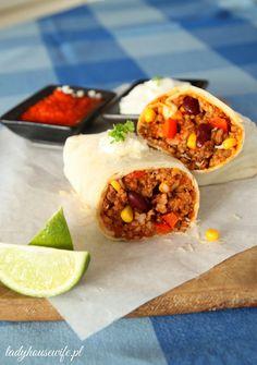 Meksykańskie burrito. Burrito to danie pochodzące z Meksyku, z kuchni Tex-Mex. Jest tradycyjną potrawą Ciudad Juárez w stanie Chihuahua, gdzie znajdziemy je w każdej budce. Tex Mex, Food Goals, Burritos, Food Truck, Fritters, Dinner Recipes, Food And Drink, Yummy Food, Meals