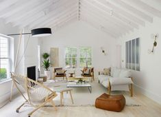 Step inside an airy weekend family home in Amagansett, and see why this Hamptons beach house made our editors' jaws drop Mid Century Modern Living Room, Living Room Modern, Living Room Sofa, Living Room Decor, Living Rooms, Die Hamptons, Hamptons House, Built In Sofa, Beach House Decor