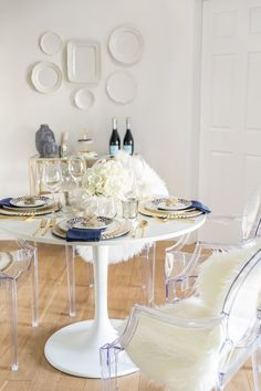Navy, white and gold create an elegantly glamorous Holiday Table Architecture Design, Christmas Decorations, Holiday Decor, Holiday Tablescape, Different Holidays, Prosecco, Christmas Inspiration, Tablescapes, Dining Rooms