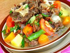 Resep Sop Buntut Ala Desa favorit. Alhamdulillah akhirnya masak sop buntut lagi...buntut sapinya dapet dikasih sama Eyang Uti..seneng banget deh dapet buntut sapi secara harga daging sapi  lagi mahal-mahalnya..ehh alhamdulillah dapet rejeki..Rejeki bunda sholehah..Aamiin.. ☺ Malaysian Food, Indonesian Food, Soto Betawi, Deli, Food Hacks, Allrecipes, Asian Recipes, Food And Drink, Cooking Recipes