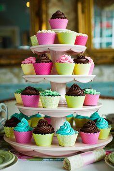 Con Cupcake Wrappers y Capacillos de colores y diferentes diseños son una forma divertida de complementar los adornos de tu Evento