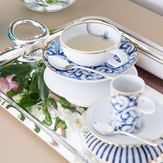 """""""Pausa para cafezinho com a linda porcelana Transatlântica Vista Alegre e bandeja Vertigo Christofle!!  Nosso frete é grátis para todo o Brasil!!!…"""""""