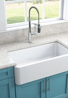 Farmhouse sink- I want one of these so badly. It's going in my dream house. Traditional Interior, Farmhouse Sink, Before After Kitchen, Kitchen Decor, House Styles, Minimalist Decor, Luxury Interior Design, Home Diy, Sink