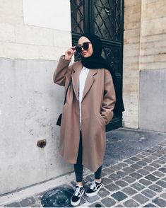 Winter is coming! Look no further and get inspired with these ideas making your . Winter is coming! Look no further and get inspired with these ideas making your hijab look more fas Modern Hijab Fashion, Islamic Fashion, Muslim Fashion, Modest Fashion, Fashion Outfits, Casual Hijab Outfit, Hijab Chic, Winter Travel Outfit, Winter Outfits