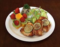 Arroz 7 Grãos, Filé de Frango Grelhado, Salada de Alface Americana e Salada de Frutas.
