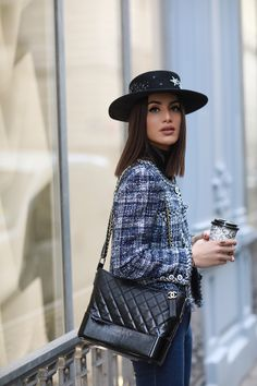 Classic bags of the fashion world | Camila Coelho Classy Outfits, Cool Outfits, Casual Outfits, Fashion Outfits, Beautiful Outfits, Chanel Street Style, Parisian Style, Vogue Poses, Tweed