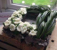 Risultati immagini per aspidistrablad vouwen Contemporary Flower Arrangements, Beautiful Flower Arrangements, Unique Flowers, White Flowers, Floral Arrangements, Beautiful Flowers, White Roses, Deco Floral, Arte Floral
