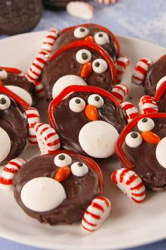 Pretty much everyone loves Oreos, so it was only logical to have people getting creative and preparing desserts with them! This is a collection of all the best Oreo cookie recipes! Christmas Snacks, Xmas Food, Holiday Treats, Holiday Recipes, Diy Christmas, Christmas Cakes, Holiday Cakes, Thanksgiving Recipes, Christmas Ornaments