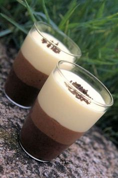 Verrines of three chocolate mousse - Cuisine - Dessert Mini Desserts, Desserts In A Glass, Plated Desserts, Easy Cake Recipes, Snack Recipes, Dessert Recipes, Snacks, Nutella, Chocolate Mousse Cake Filling