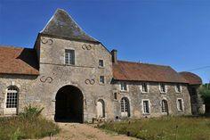 À la sortie de Pithiviers, sur le versant nord de la vallée de l'Essonne, se dresse dans une petite rue du village le mur d'enceinte du Manoir de Bondaroy.