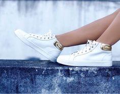 Tênis Branco com detalhe metalizado é p favorito do verão!  #white&gold