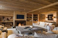 How cozy and inviting! I love the big table for everyone to comfortably sit around. Chalet Design, House Design, Chalet Chic, Chalet Style, Chalet Interior, French Interior, Swiss Chalet, Log Cabin Homes, Interior Decorating