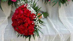 Νυφική ανθοδέσμη με κόκκινα τριαντάφυλλα, γυψοφυλλο και φύλλα τσικο