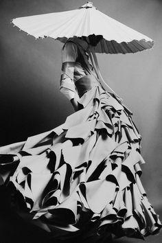 Boundary Breaking Exhibit Celebrates The Ways Couture Blurs The Line ~ boundary breaking exhibit feiert die art und weise, wie couture die linie verwischt Boundary Breaking Exhibit Celebrates The Ways Couture Blurs The Line ~ Foto Fashion, Fashion Art, Fashion Show, Womens Fashion, Fashion Poses, Female Fashion, Kimono Fashion, White Fashion, Modern Fashion