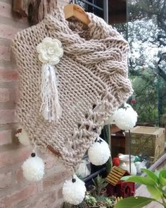 Poncho from CCC - poncho with moss stitch with a pocket on front. Poncho Pattern: Chain the chains with a slip SC, increase on every Knitted Poncho, Knitted Shawls, Crochet Scarves, Crochet Clothes, Diy Crochet And Knitting, Free Crochet, Ladies Poncho, Crochet Buttons, Moss Stitch
