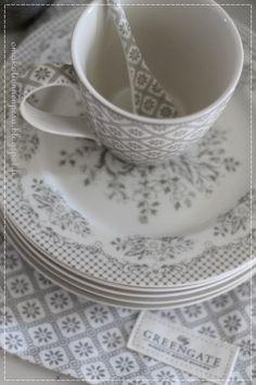 Greengate lautanen, Mug Bianca warm grey, plate stephanie warm grey, kauniit astiat
