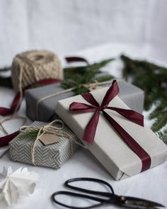 Simple and Minimal Christmas gift wrapping inspiration Noel Christmas, All Things Christmas, Winter Christmas, Christmas Crafts, Christmas Decorations, Christmas Ribbon, Christmas Wedding, Tree Decorations, Christmas Gift Wrapping