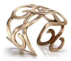 BENBAR bijoux design sono gioielli creati e realizzati a mano da Benedetta Barzanò utilzzando materiali come bronzo ,argento e ottone. Tocchi di colore sono pietre dure . Ispirazione la natura e intrecci sinuosi.