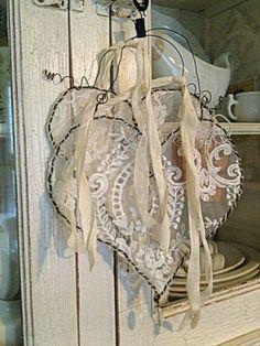 Une décoration  avec des cœurs en dentelle style shabby