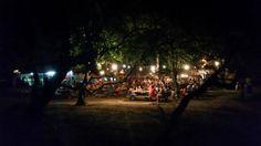 Vista del bar desde la playa en la noche.