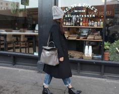 Street Style: black coat x beanie x boyfriend denim jeans y boots x hérmes kelly bag   #falloutfit #fallstyle #boyfriendjeans